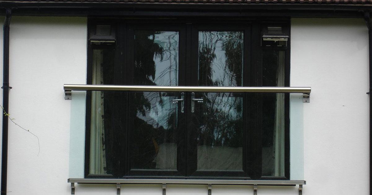 balcone alla francese con ringhiera in alluminio e parapetto in vetro
