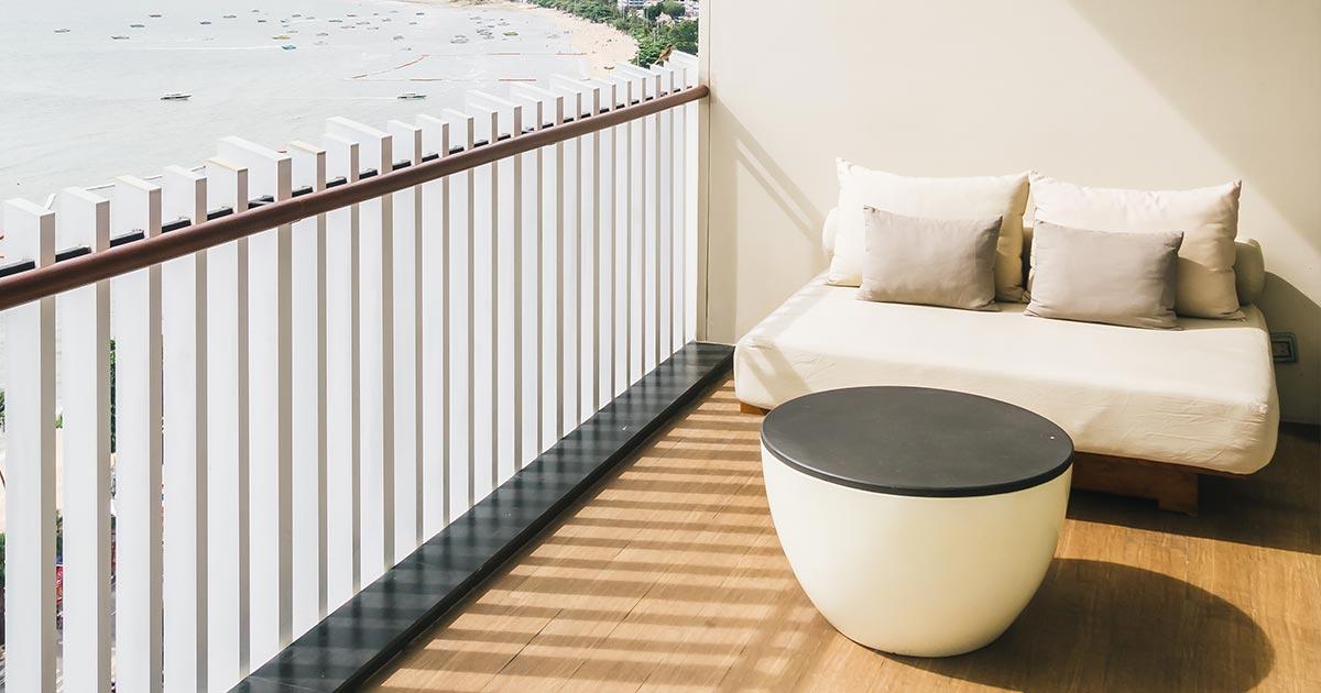 balcone moderno con parapetto in lamelle di alluminio, stile nordico