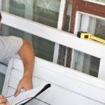 un uomo prendere le misure delle finestre