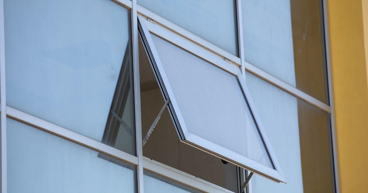 una finestra bocca di lupo verticale con apertura verso il basso