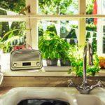 cucina con lavello sotto la finestra in stile americano