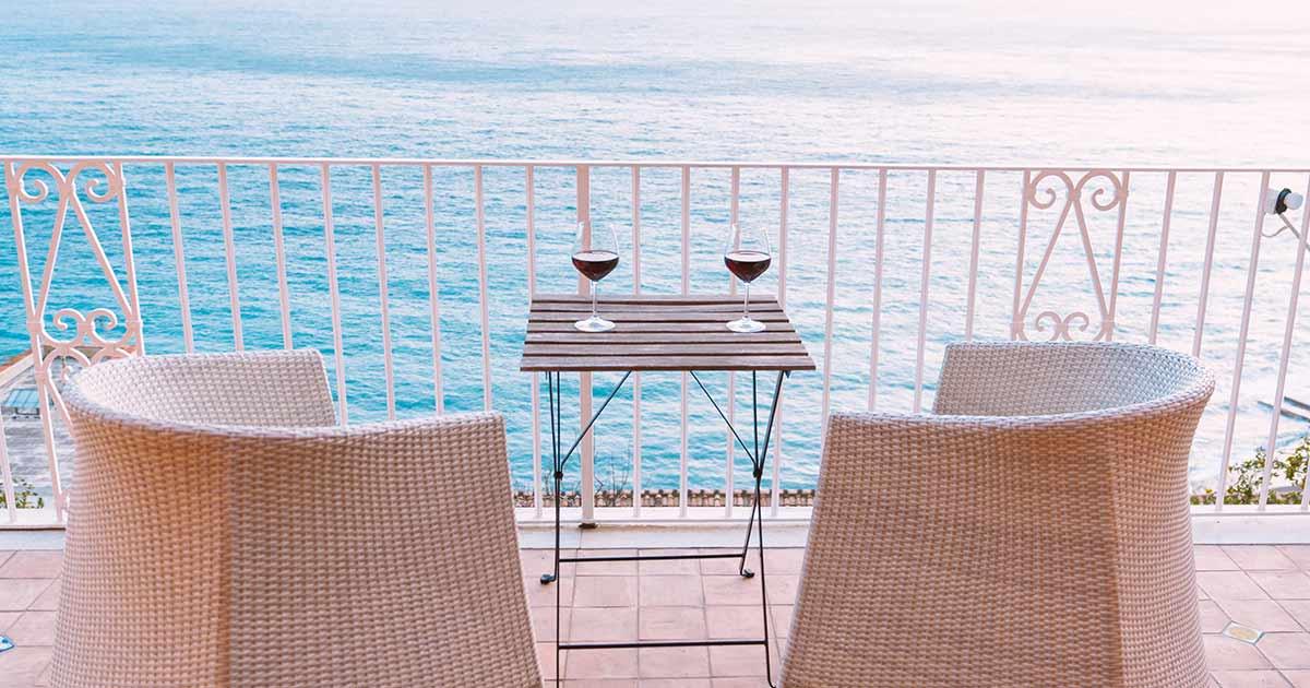balcone moderno vista mare con salottino in finta paglia