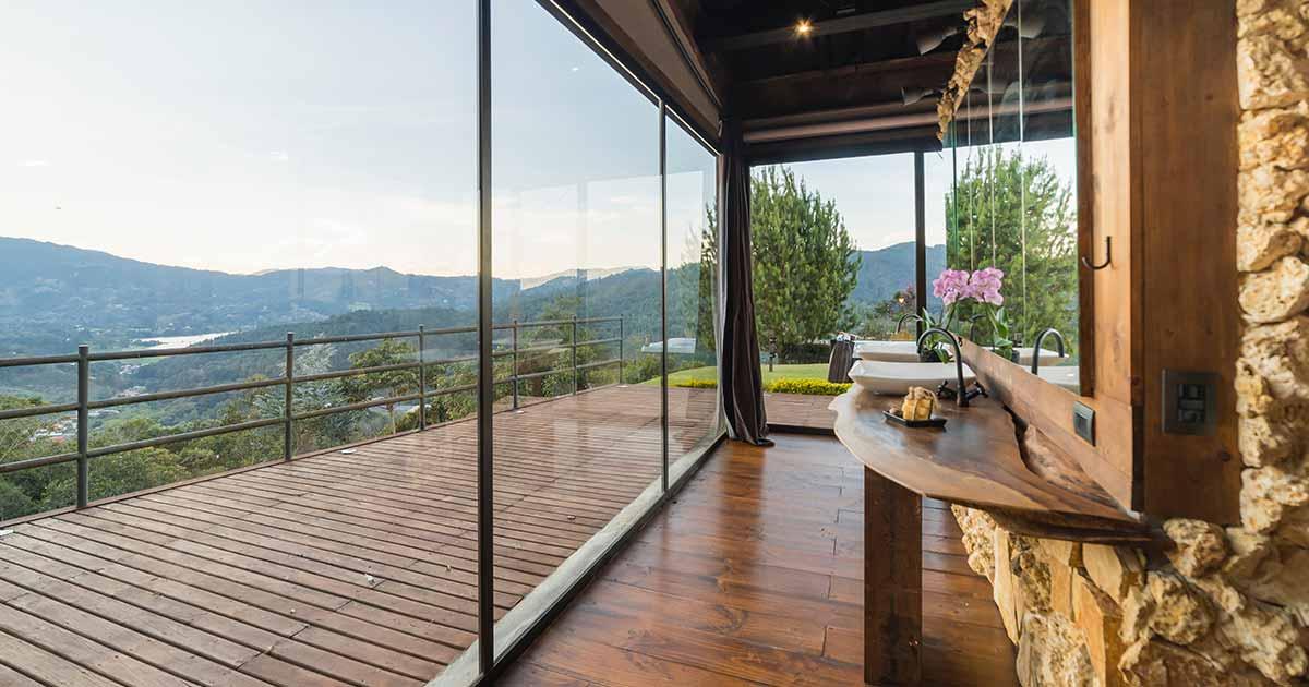 balcone moderno con scorrevole in vetro e pavimento in legno