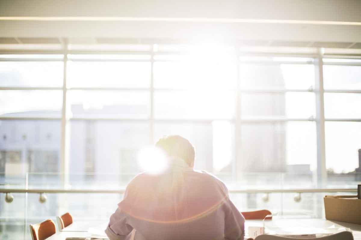 tende schermano la luce solare intensa in un ufficio