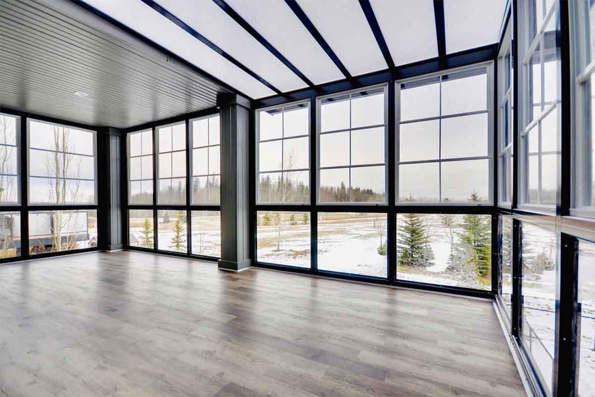 un'ampia vetrata con tipo di apertura del serramento fissa