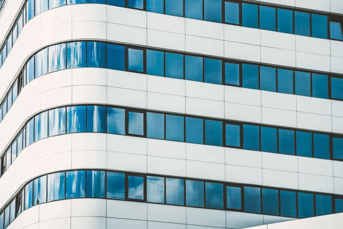 edificio moderno con serramenti in alluminio vasistas