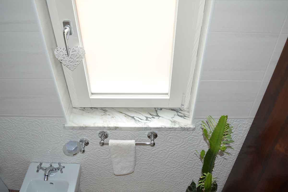 finestra bagno in alluminio bianco effetto legno