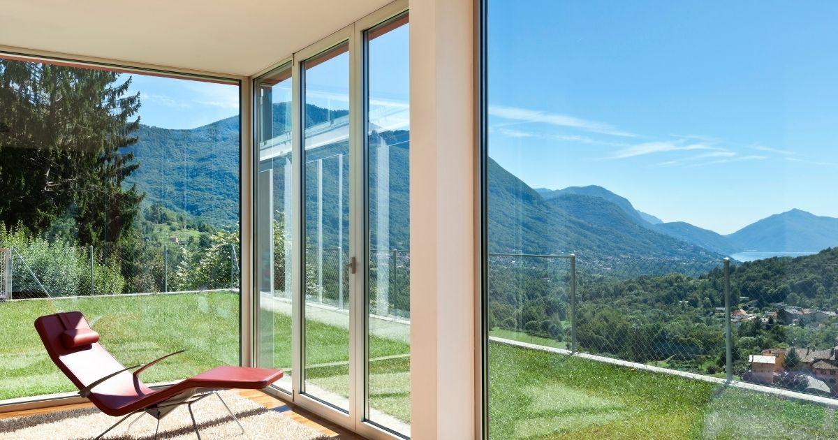 finestre moderne per una casa luminosa interamente in vetro