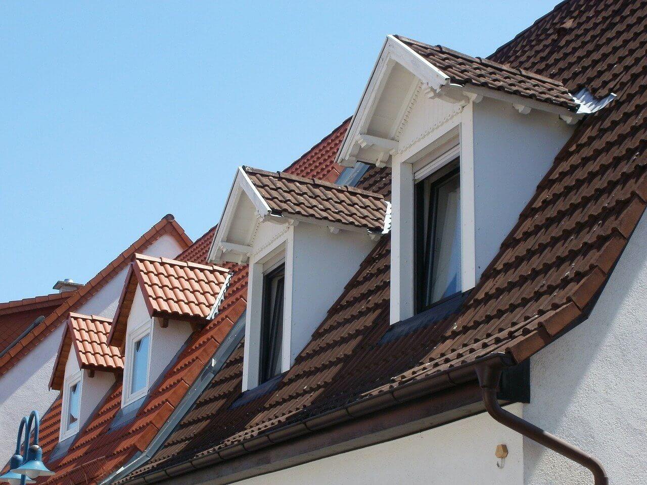 finestre a ribalta sul tetto di un palazzo