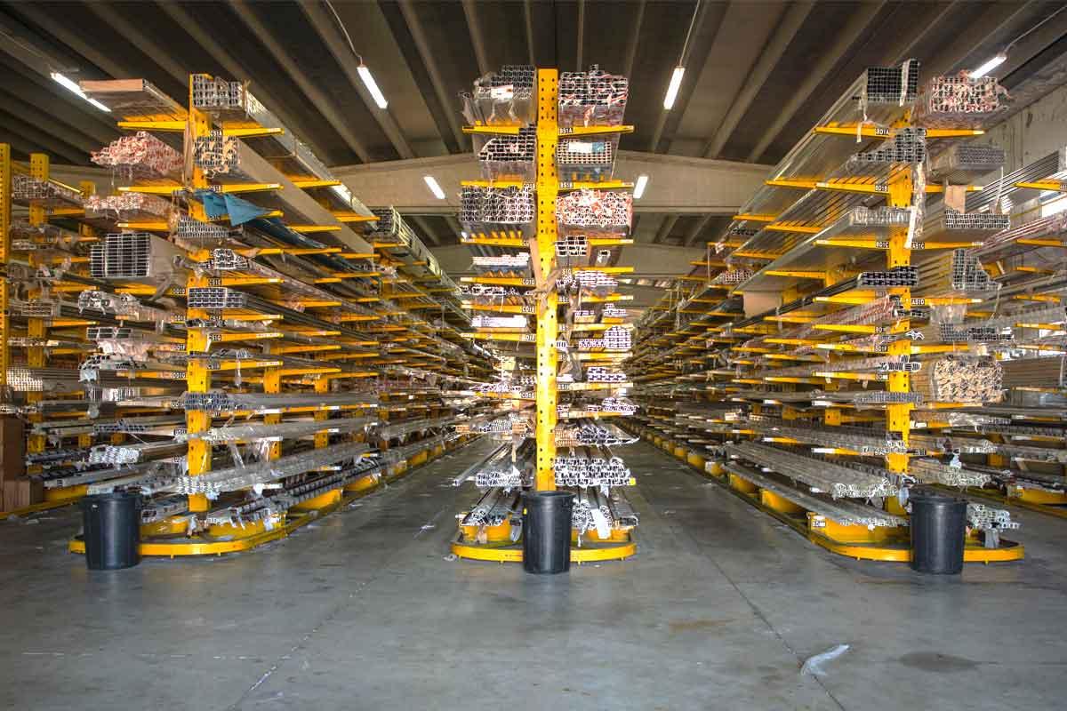 magazzino di profilati in alluminio