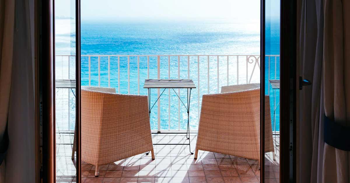 balconi con infissi in alluminio in una casa al mare
