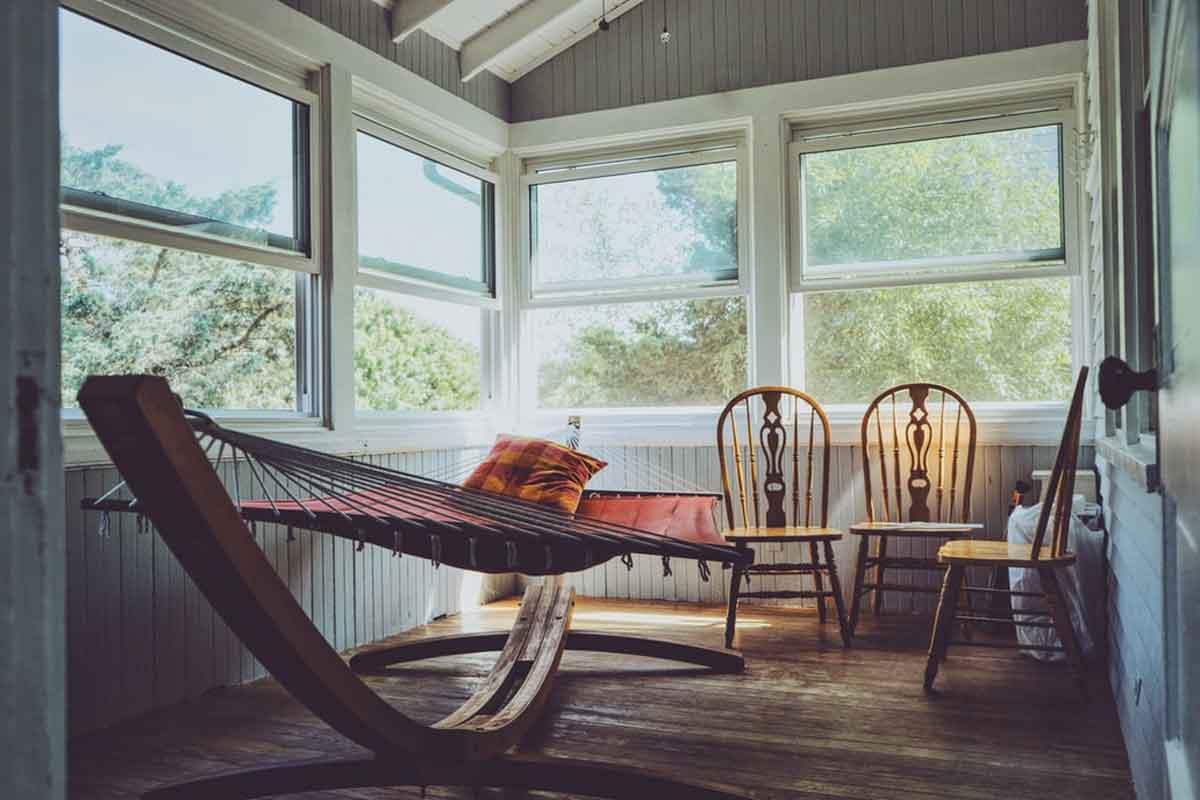 veranda con infissi in alluminio in una casa di campagna