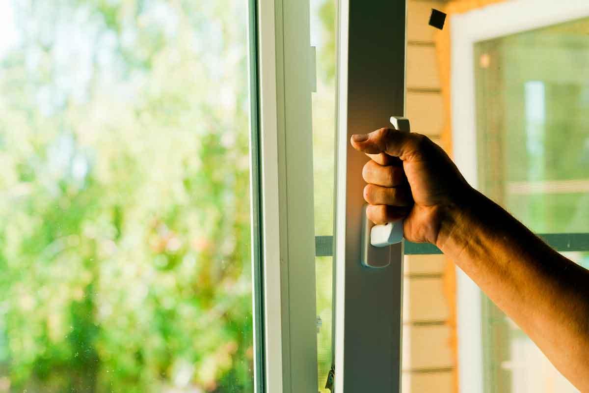 apertura a ribalta della finestra vasistas