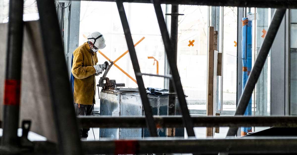 cantiere e operaio nel rispetto delle norme sulla sicurezza per i serramentisti