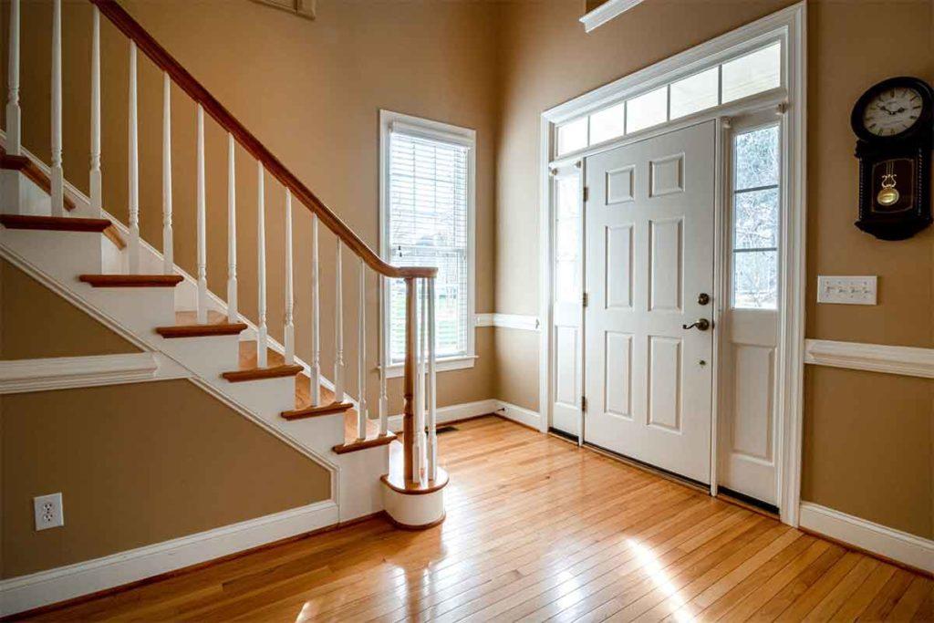 porta d'ingresso in alluminio effetto legno bianco