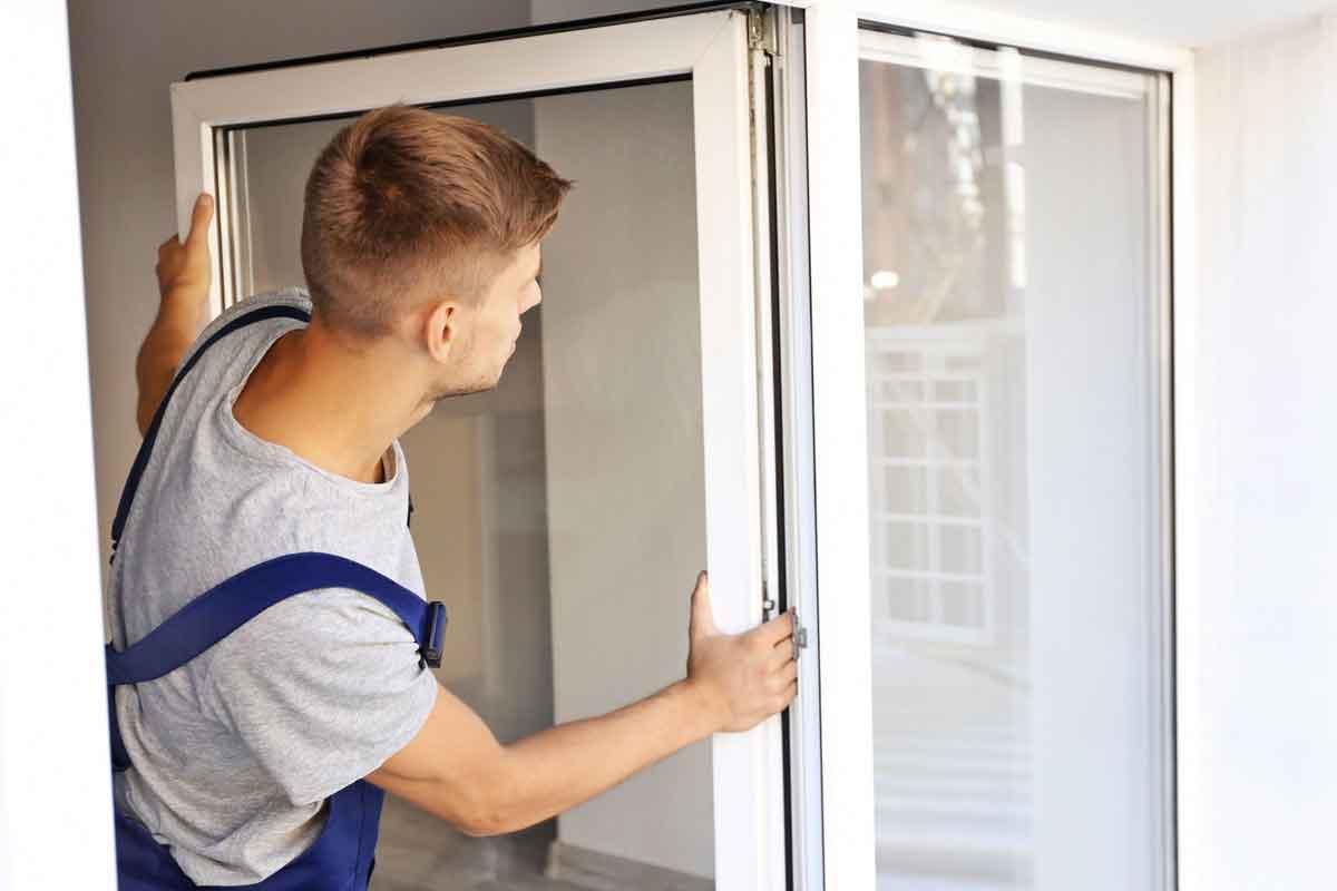 serramentista durante l'installazione di una finestra in alluminio