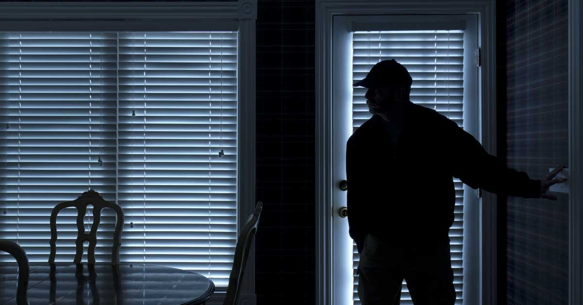 ladro in casa senza serramenti antieffrazione