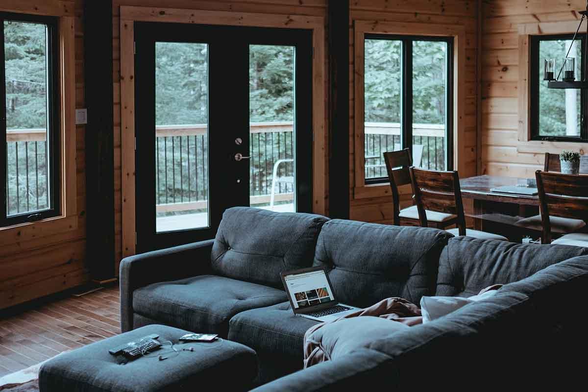 interno di una casa con infissi in legno alluminio